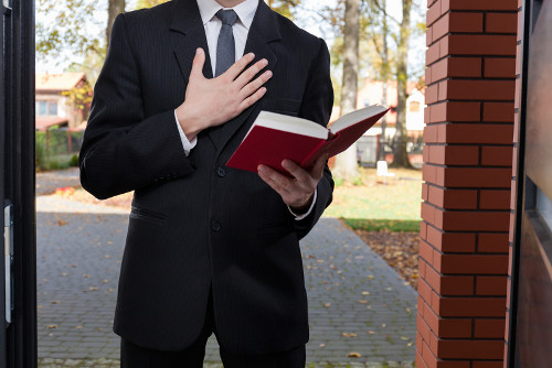Os Testemunhas de Jeová são conhecidos por evangelizarem de casa em casa