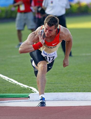 Para conseguir um alcance máximo, o ângulo entre o braço do atleta e o solo deve ser de 45º*