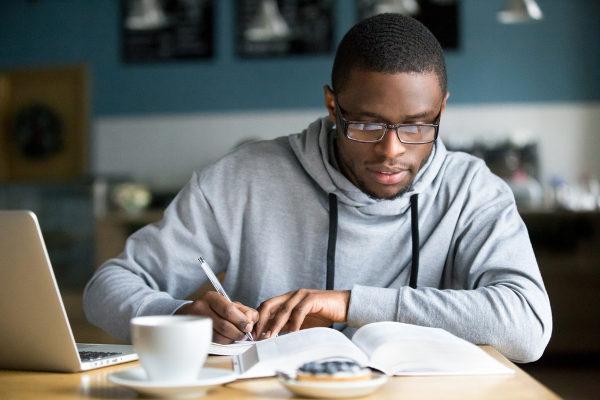 Para conseguir um bom rendimento nos estudos, são necessários foco, concentração e organização.