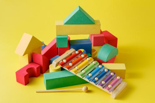 Para contribuir com o desenvolvimento do seu filho, não é necessário adquirir brinquedos, jogos e livros caros