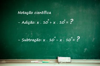 Para realizar a adição ou a subtração na notação científica, a ordem de grandeza da base dez deve ser igual