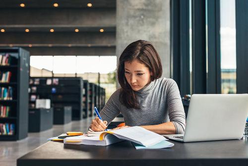Para se ter um maior aproveitamento na hora de estudar, é necessário estar bem alimentado e ter dormido bem.