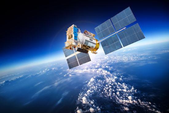 Para ser geoestacionário, um satélite deve orbitar a 36.000 km da superfície da Terra