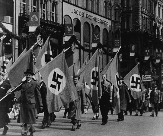 Parada de nazistas organizada em Viena, na Áustria, depois que o país foi anexado pela Alemanha em 1938. (Crédito: Everett Historical e Shutterstock)