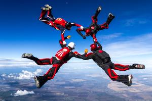 Paraquedistas em movimento de queda livre