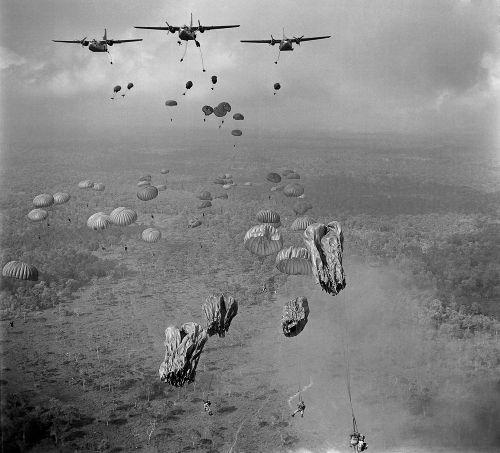 Paraquedistas do Vietnã do Sul em exercício durante a Guerra do Vietnã. Foto de março de 1963