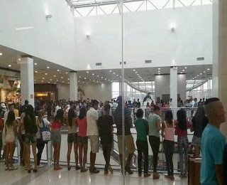 Participantes do rolezinho nos corredores do Shopping Metro Itaquera.*