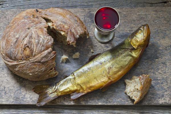 Durante o jejum praticado na Sexta-Feira Santa, muitas pessoas substituem a carne vermelha por peixe.
