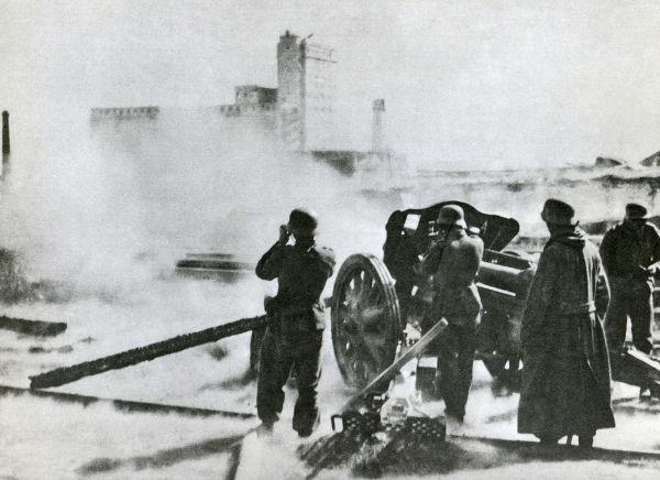Peça de artilharia alemã promovendo bombardeio sobre Stalingrado em meados de 1942.