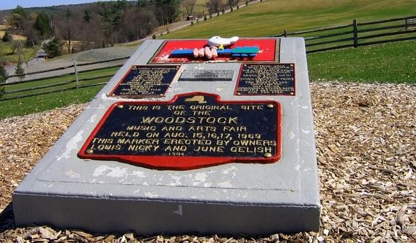 Placa em homenagem ao Woodstock que foi assentada na fazenda onde o evento foi realizado*