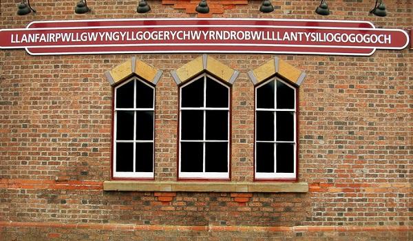 Placa da estação de trem em Llanfairpwllgwyngyllgogerychwyrndrobwllllantysiliogogogoch