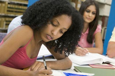 Planejar o texto e optar por uma linguagem acessível estão entre os recursos para escrever uma redação nota 10!