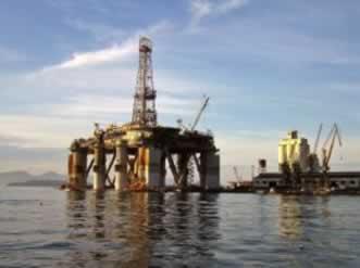 Plataforma de extração de petróleo no oceano