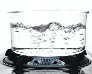O ponto de ebulição da água, isto é, a temperatura em que ela passa do estado líquido para o gasoso, ao nível do mar, é 100°C.