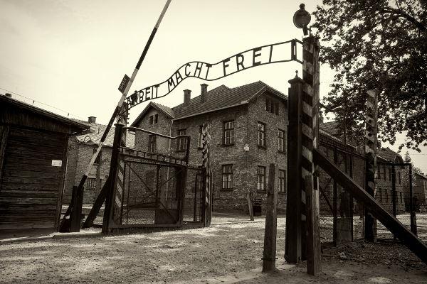 """Portão do campo de concentração de Auschwitz. No portal, está escrito """"arbeit macht frei"""" (o trabalho liberta) *"""