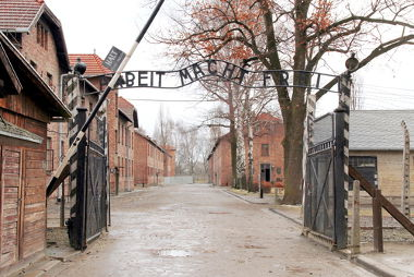 Portões do campo de concentração de Auschwitz, um dos símbolos do genocídio nazista contra os judeus