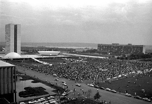 Praça dos Três Poderes, em 1992, com manifestantes a favor do impeachment de Collor*