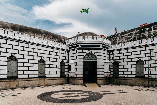 Prestes esteve envolvido nos preparativos da Revolta do Forte de Copacabana, mas não atuou de fato por estar doente*