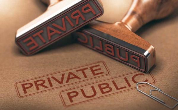 Quando uma empresa pública passa para o poder privado, ocorre o que chamamos de privatização.