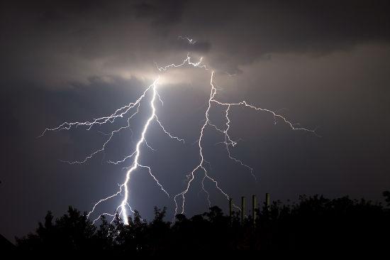 Quando o campo elétrico entre o solo e as nuvens é muito alto, ocorre a ruptura da rigidez dielétrica do ar, formando os raios