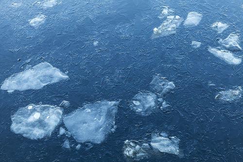 Quando o gelo está sobre a água, a propriedade física densidade torna-se evidente