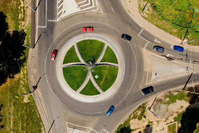 Quando os veículos entram em uma rotatória, executam um movimento circular.