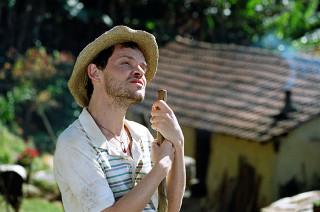 Quinzinho (Matheus Nachtergaele) em cena do filme Tapete Vermelho*