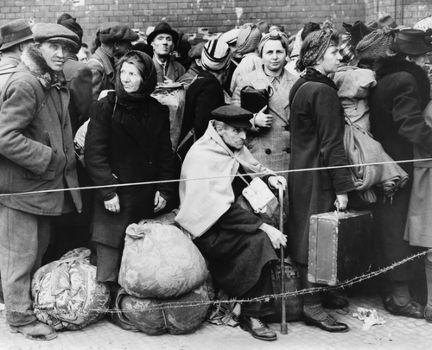 Refugiados berlinenses em uma estação ferroviária da cidade em foto de 1945