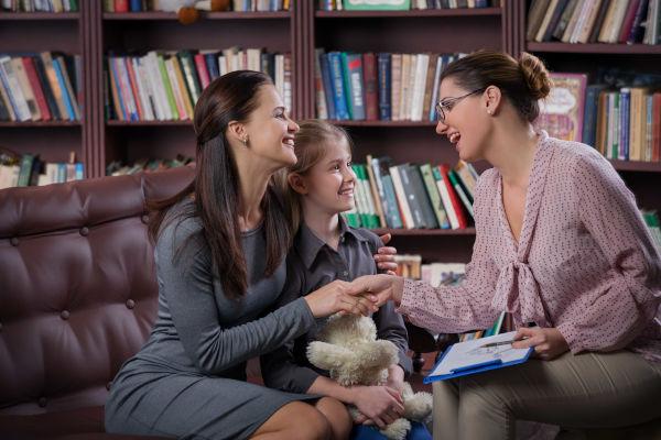 É importante que pais e professores sejam parceiros no processo educativo das crianças, a fim de melhorar o desempenho escolar delas.