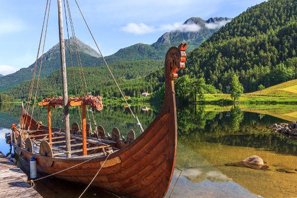 Réplica de um tradicional barco viking, semelhante aos usados nas invasões normandas ao Reino dos Francos *