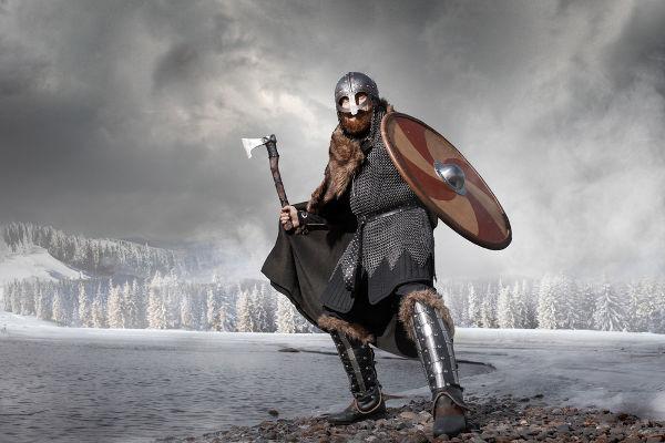 Representação moderna de como se vestia um guerreiro viking e de como eram suas armas.