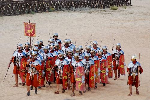 Representação moderna de uma típica legião de soldados romanos, com seus trajes e forma organização *