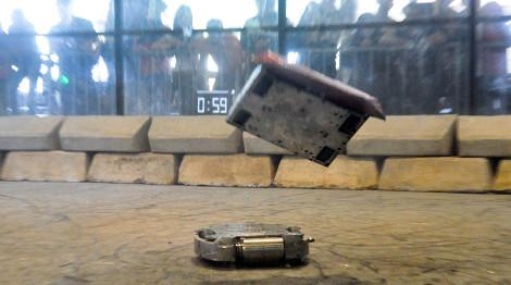 Robôs autônomos participam de lutas em campeonatos de robótica