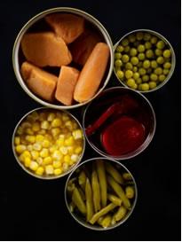 Se a lata estiver amassada, não a compre, pois a camada de proteção de estanho pode ter sido rompida e o ferro enferrujado pode contaminar o alimento