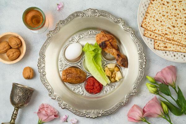 Elementos que compõem o Sêder, jantar que inaugura a celebração da Pessach, a Páscoa judaica.