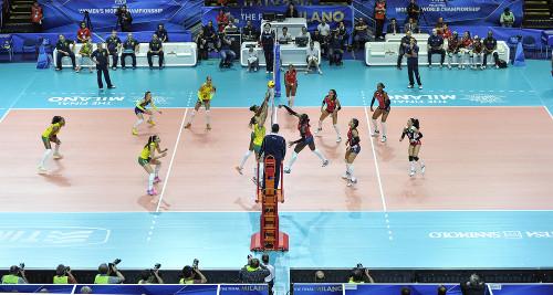 Seleção feminina de vôlei brasileiro vs. República Dominicana durante a Copa do Mundo de Voleibol, em Milão (2014).*