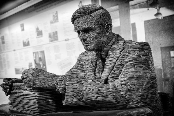 """Sem os estudos da lógica, Alan Turing, matemático britânico considerado """"pai"""" da informática, não teria construído o primeiro computador*"""