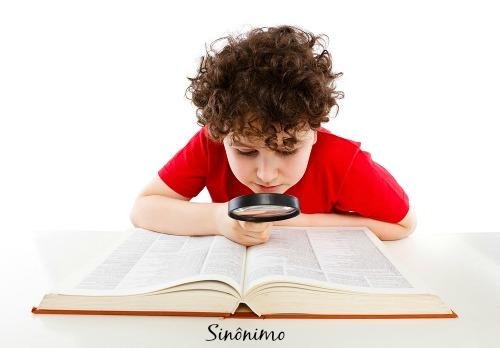Sinônimos são palavras que possuem significados idênticos ou muito parecidos