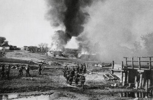 Soldados alemães atacando uma vila soviética durante a Operação Barbarossa, no verão de 1941