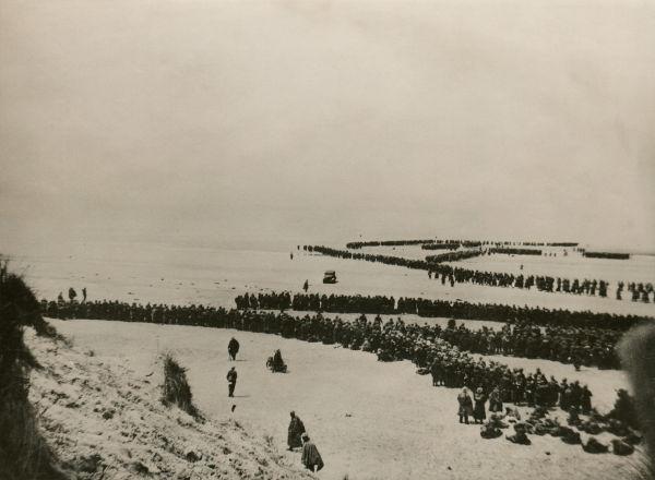 Soldados Aliados reunidos na região de Dunquerque esperando para serem evacuados