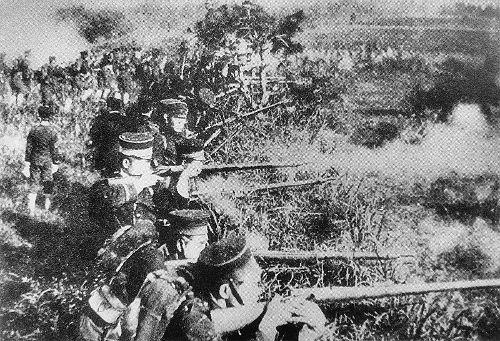 Soldados do Império Japonês na linha de frente com seus rifles