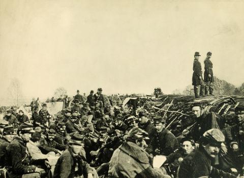 Soldados da União concentrados em uma trincheira durante o cerco a Petersburg, em junho de 1864