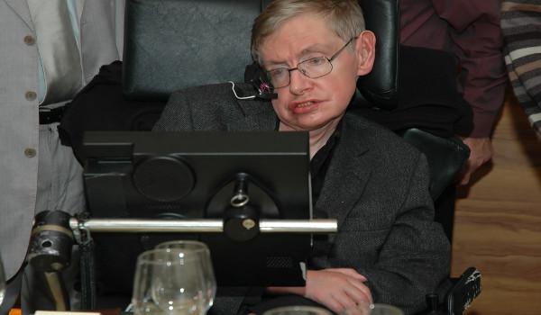 Stephen Hawking locomovia-se e comunicava-se por meio de uma cadeira especial