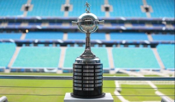 Taça da Libertadores da América exposta na Arena do Grêmio.*