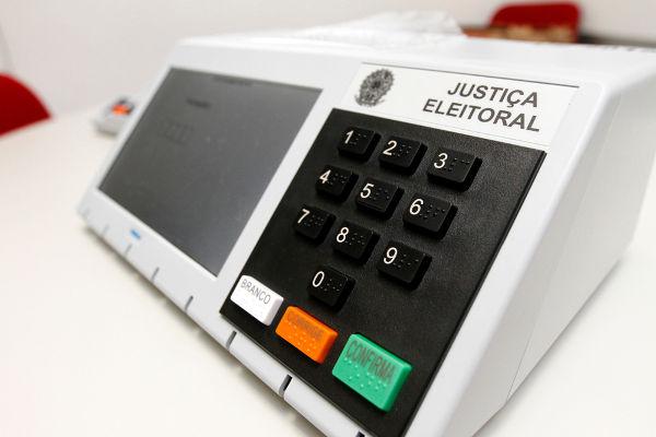 Tanto o voto branco como o voto nulo são considerados pela lei brasileira como votos não válidos.*
