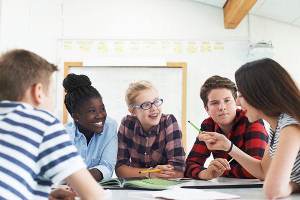 Trabalhos em grupo favorecem a troca de conhecimento e ajudam no processo criativo.