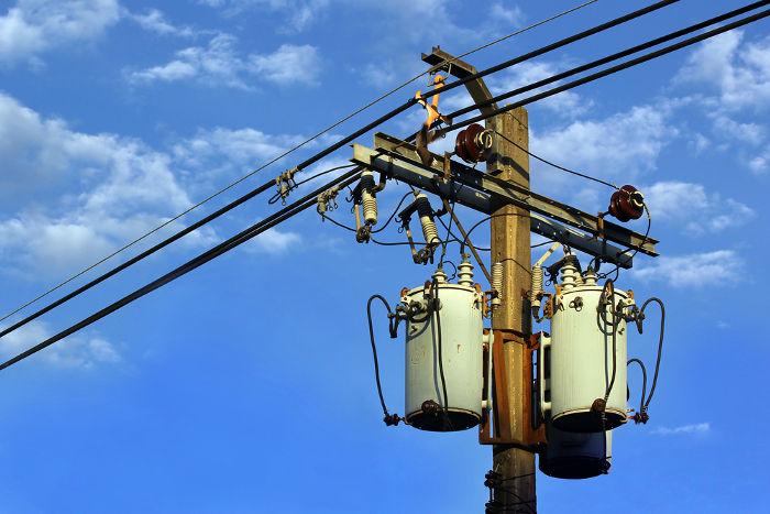 Os transformadores presentes nos postes de distribuição são usados para abaixar o potencial elétrico.