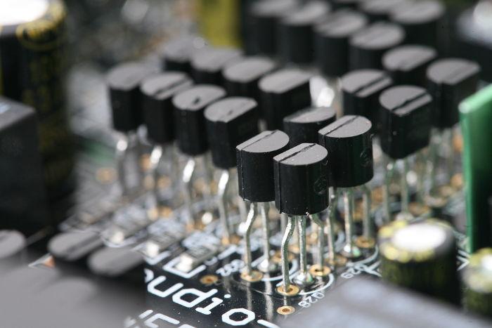 Transistores em um circuito eletrônico.