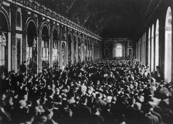 Delegações internacionais reunidas durante a assinatura do Tratado de Versalhes.