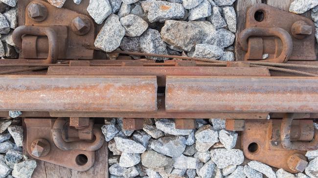 Os trilhos de trem contam com pequenos espaços entre suas barras, chamados juntas de expansão, usados para diminuir os efeitos da dilatação térmica.